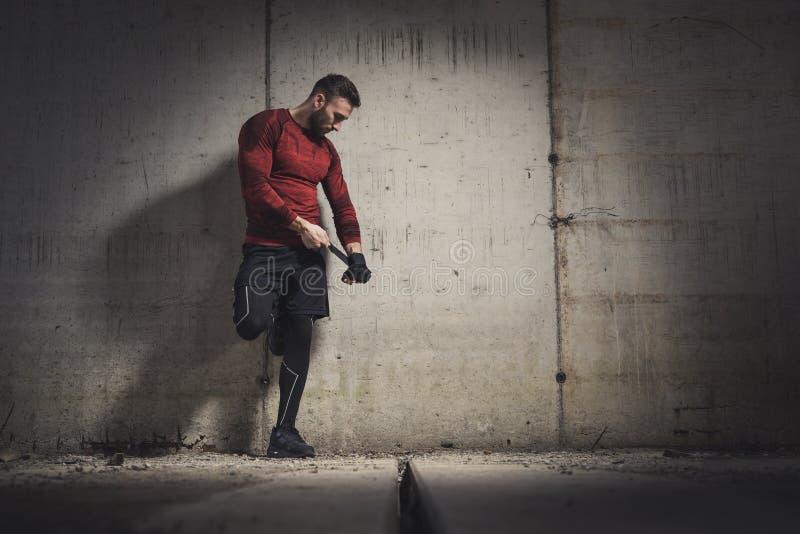 Boxeador que pone los vendajes en las manos foto de archivo