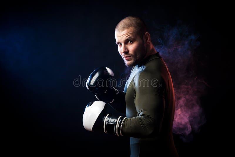 Boxeador que presenta en negro fotografía de archivo