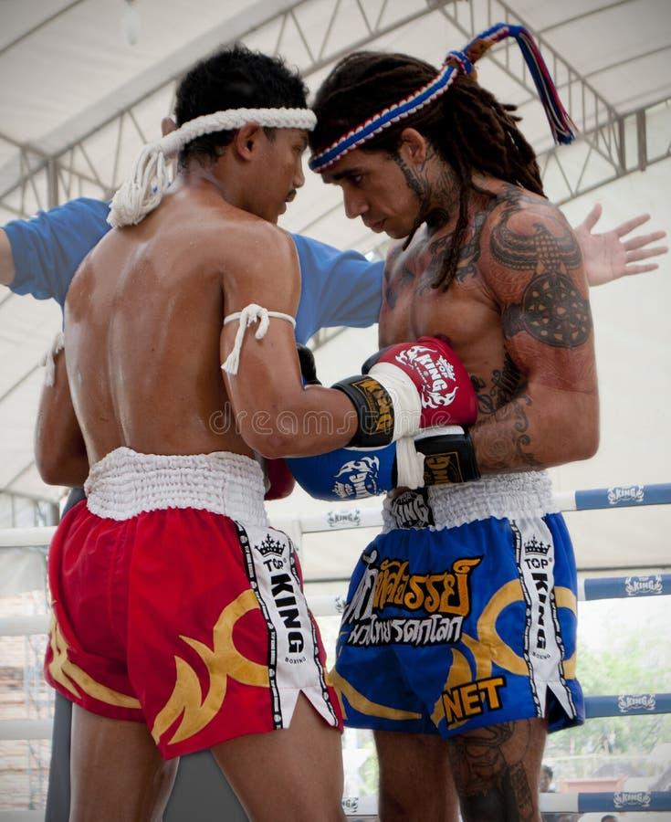 Boxeador tailandés de Muay durante la ronda tradicional de la pre-lucha en el festival de artes marciales tailandés del 9no mundo imagen de archivo libre de regalías