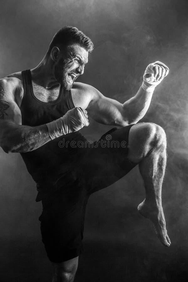Boxeador tailandés muay del deportista que lucha en fondo negro con humo fotografía de archivo libre de regalías