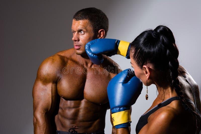 Boxeadores de sexo femenino y de sexo masculino foto de archivo libre de regalías