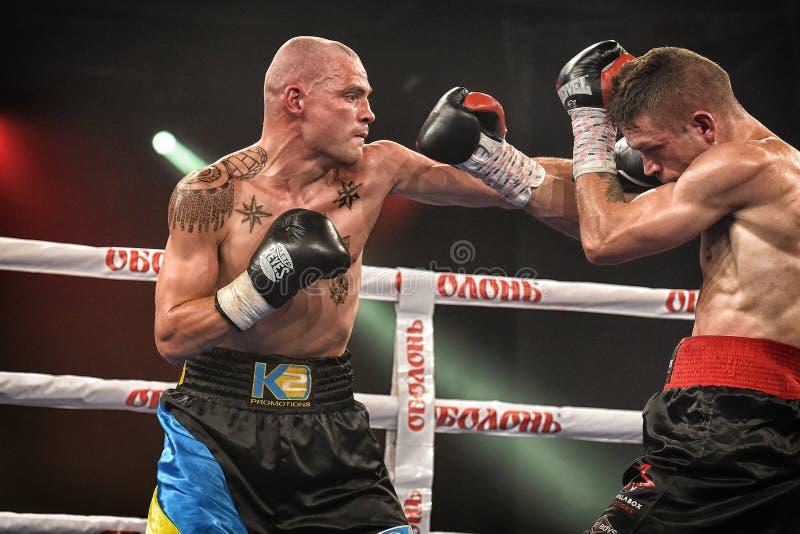 Boxeadores Ismael Garcia y Denys Berinchyk en el anillo foto de archivo libre de regalías