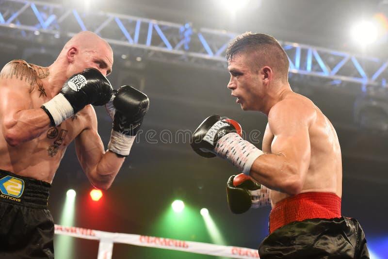 Boxeadores Ismael Garcia y Denys Berinchyk en el anillo imagenes de archivo