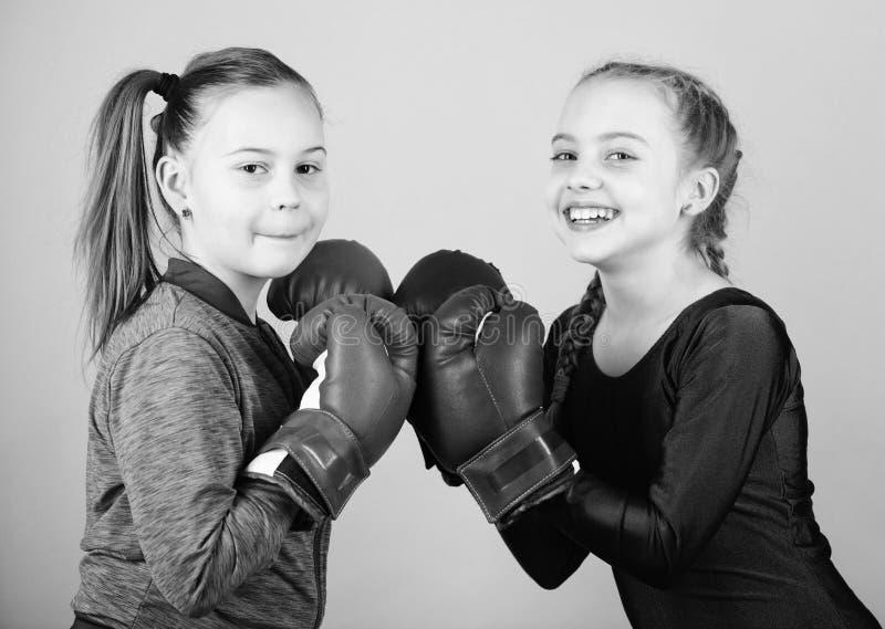 Boxeadores lindos de las muchachas en fondo azul Amistad como batalla y competencia Desaf?o de encajonamiento del paso Prueba par foto de archivo