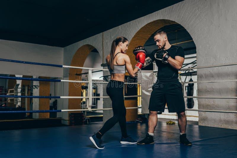 Boxeadores que entrenan en el ring de boxeo foto de archivo