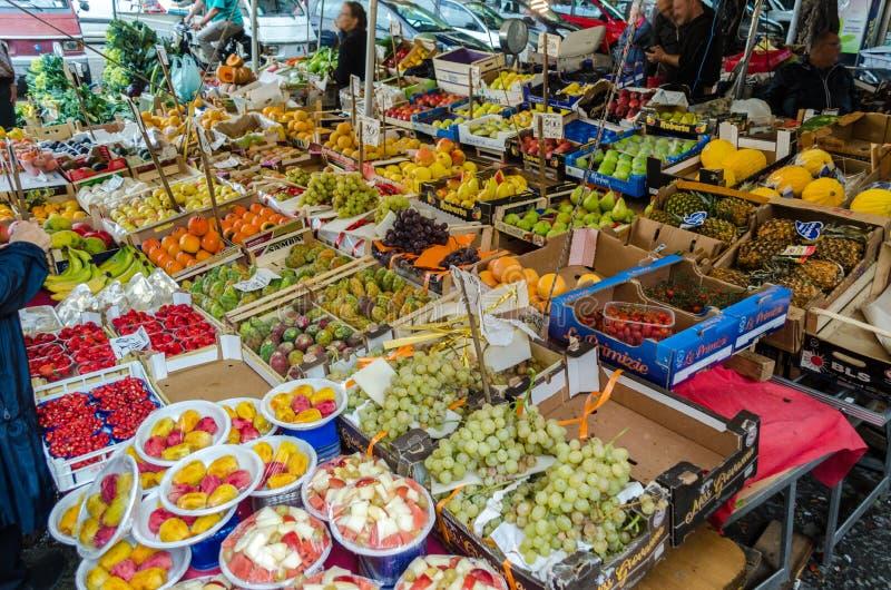 Boxen met vruchten en groenten op Capo-Markt in Palermo royalty-vrije stock foto's