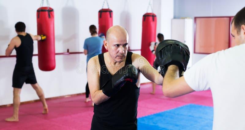 Boxen mit zwei Athletenmännern lizenzfreie stockfotos