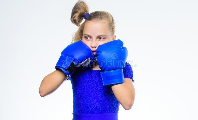 Boxender Sport für Frau Seien Sie stark Mädchenkind mit den blauen Handschuhen, die auf weißem Hintergrund aufwerfen Sport-Erzieh lizenzfreie stockfotografie