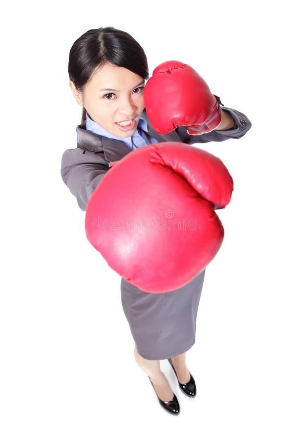 Boxeo de la mujer de negocios que perfora hacia foto de archivo