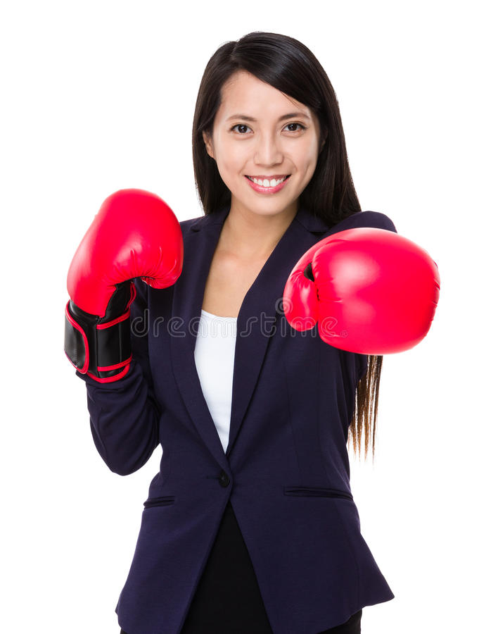 Boxeo de la mujer de negocios que perfora hacia cámara foto de archivo libre de regalías