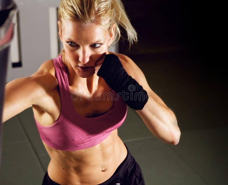 Boxeo de la mujer en gimnasia fotografía de archivo libre de regalías