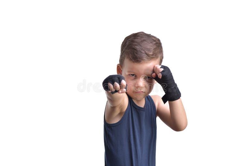 Boxeo del niño pequeño, demostraciones sus puños, aislados en blanco imagen de archivo
