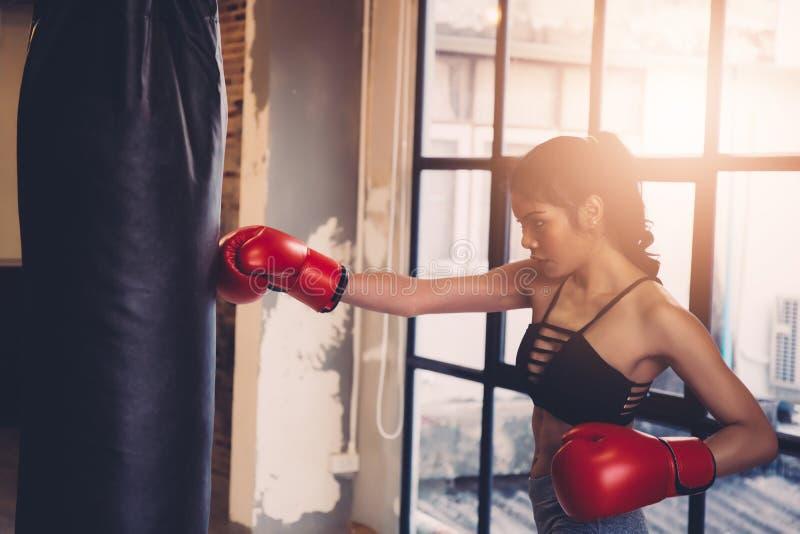 Boxeo femenino joven de la aptitud del entrenamiento del boxeador en el gimnasio, fitn del ejercicio imagen de archivo libre de regalías
