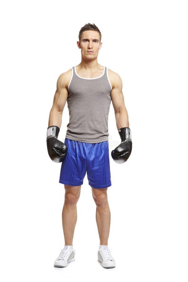 Boxeo muscular del hombre joven en equipo de los deportes fotografía de archivo