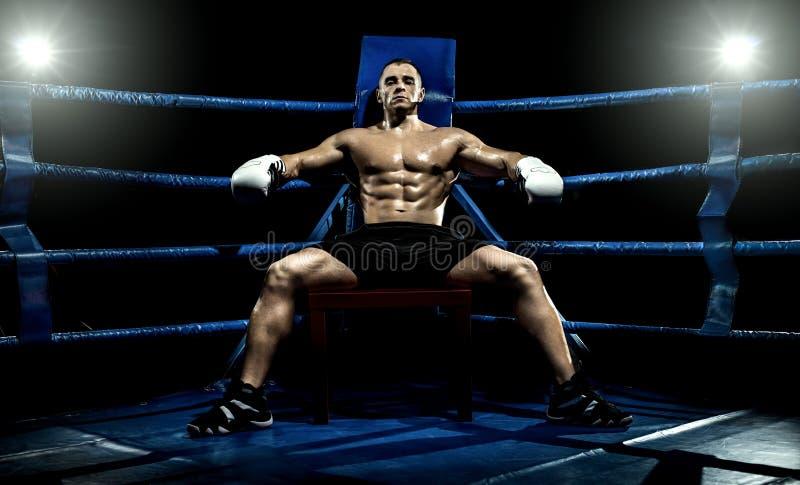 Boxer auf Boxring, müde Unterbrechung lizenzfreies stockfoto