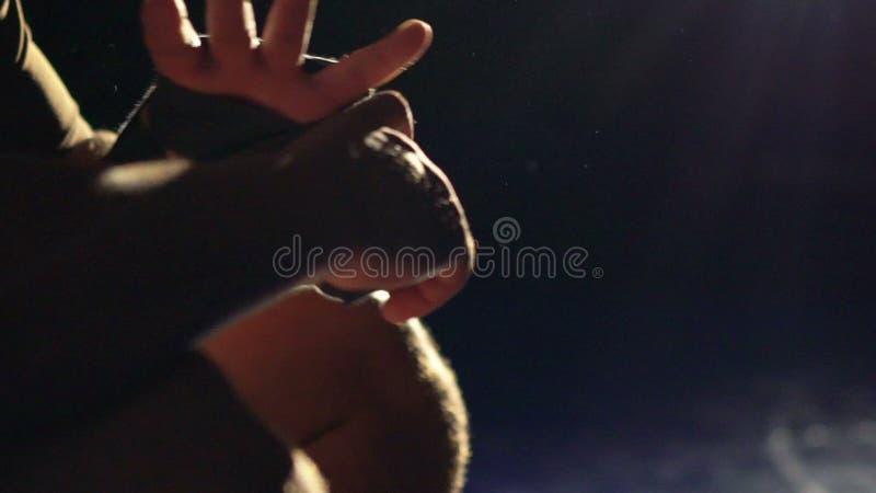 Boxer, der Verbände auf seiner Hand vor Kampf einwickelt Langsame Bewegung stock video footage
