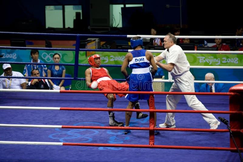 Boxer fällt während des olympischen Zeitraums lizenzfreie stockfotografie