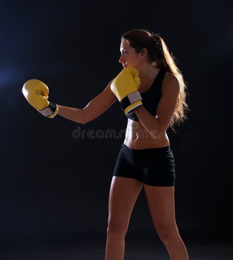 boxer Geschiktheidsvrouw die gele bokshandschoenen dragen stock foto's