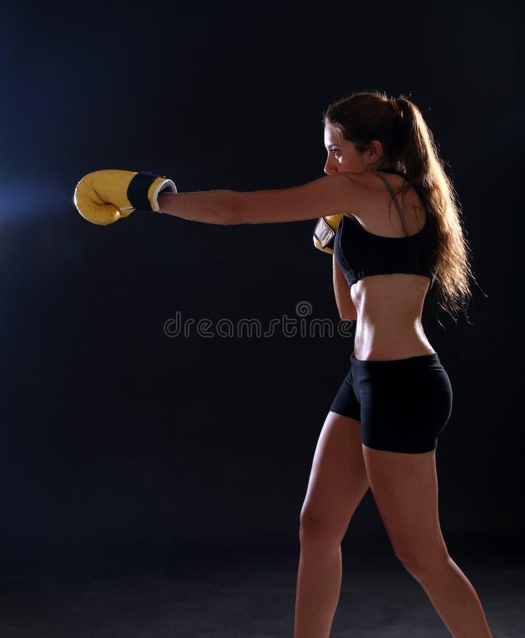 boxer Geschiktheidsvrouw die gele bokshandschoenen dragen royalty-vrije stock afbeeldingen