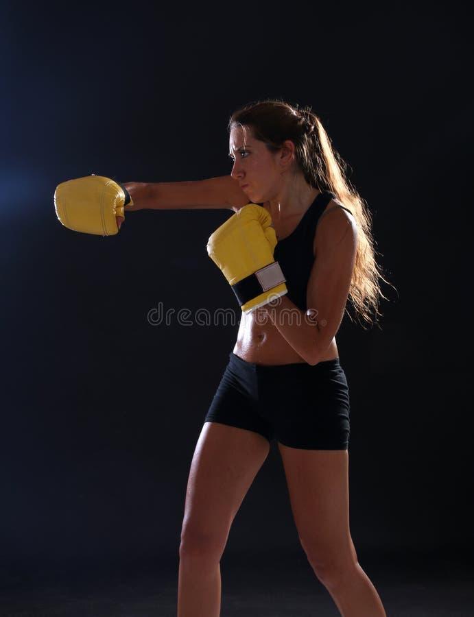boxer Geschiktheidsvrouw die gele bokshandschoenen dragen royalty-vrije stock foto's