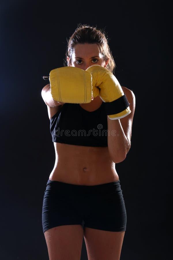 boxer Geschiktheidsvrouw die gele bokshandschoenen dragen stock afbeelding