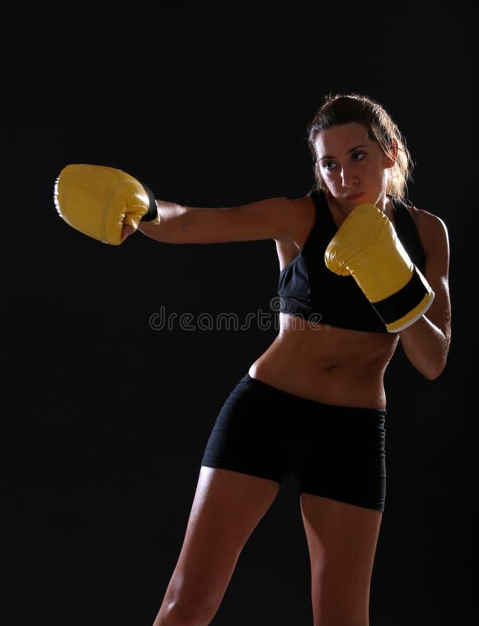 boxer Geschiktheidsvrouw die gele bokshandschoenen dragen royalty-vrije stock fotografie
