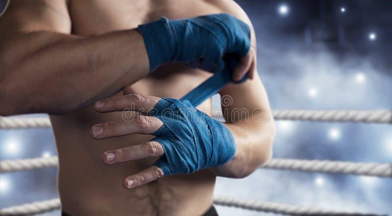 Boxer zieht Verband vor dem Kampf oder dem Training stockfotografie
