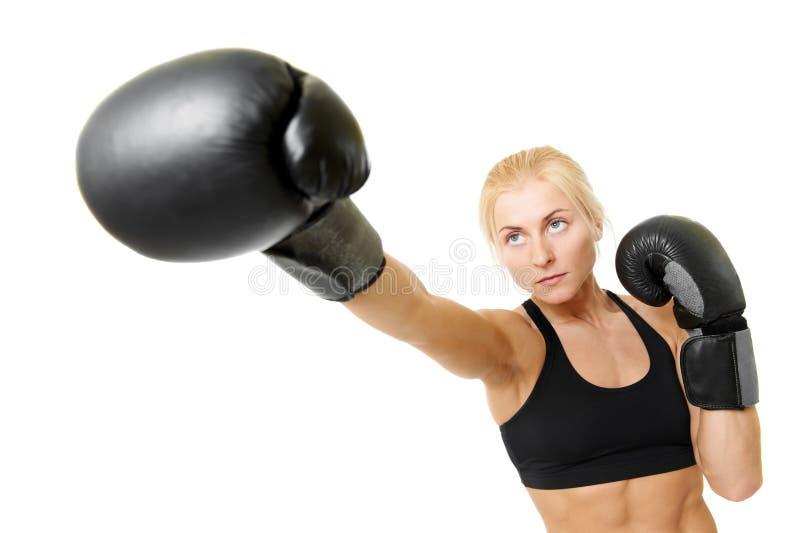 Boxerfrau mit schwarzen Verpackenhandschuhen stockbild