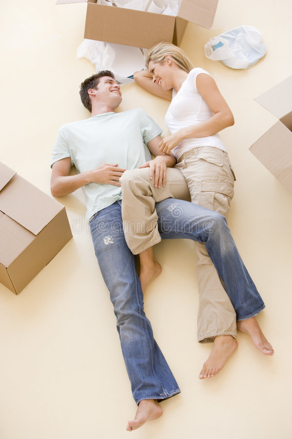 boxes couple floor home lying new open στοκ εικόνα με δικαίωμα ελεύθερης χρήσης