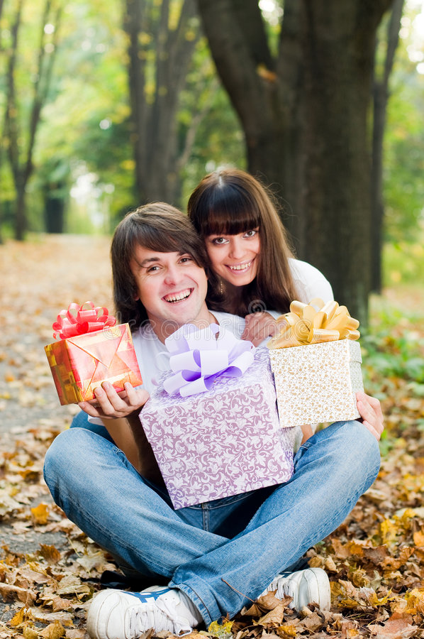 boxes couple gift happy young στοκ εικόνα