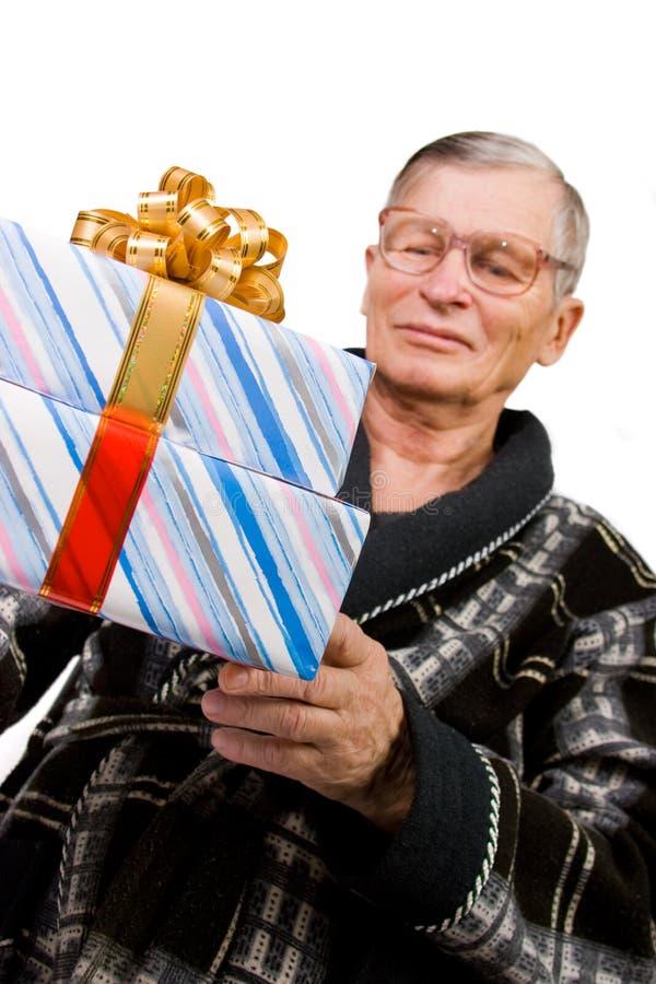 boxes den stiliga holdingmannen för den gammalare gåvan arkivbild