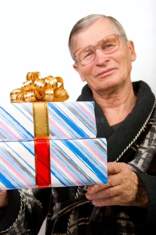 boxes den stiliga holdingmannen för den gammalare gåvan fotografering för bildbyråer