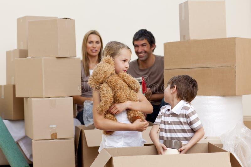 boxes flyttande leka för familjhus royaltyfria bilder