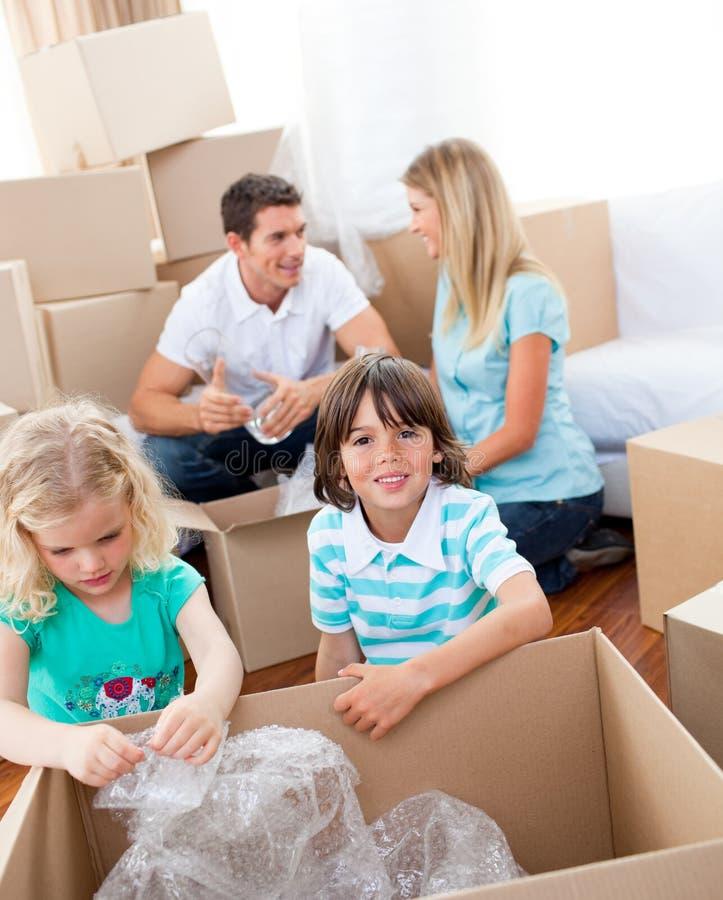 boxes gladlynt familjemballage arkivfoton