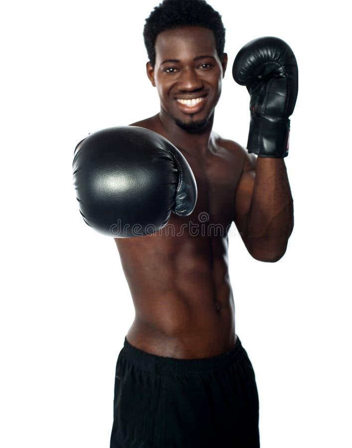Boxeur africain sans chemise prêt à vous poinçonner images stock