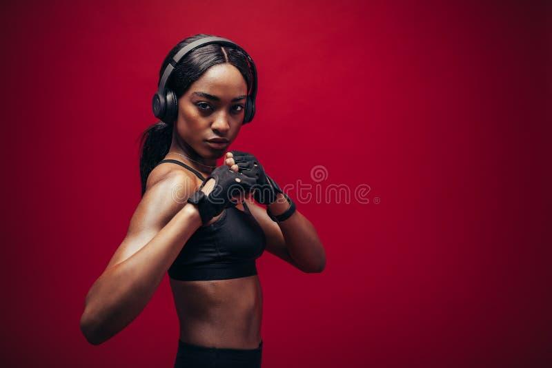 Boxeur féminin avec la position de combat images stock