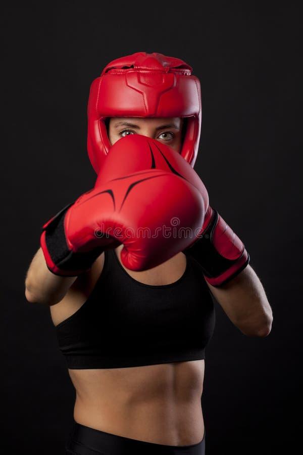 Boxeur féminin dans une posture d'autodéfense image libre de droits
