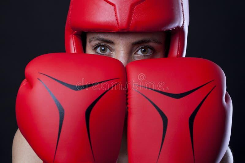 Boxeur féminin dans une posture d'autodéfense image stock