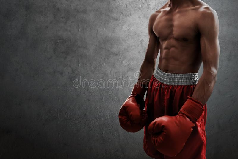 Boxeur musculaire fort sur des milieux de mur photos stock