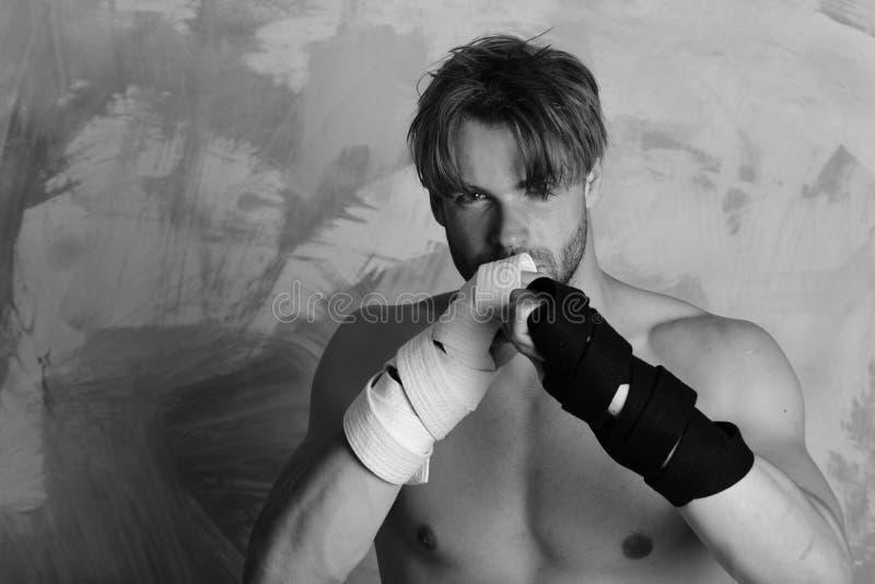 Boxeur ou arts martiaux de pratiques en matière de combattant de karaté Homme avec le visage sérieux et le torse nu sur le fond c photos libres de droits