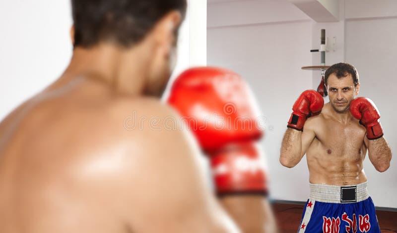 Boxeur regardant dans le miroir photo stock image du for Regard dans le miroir