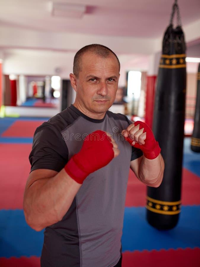 Boxeur thaïlandais avec des mains enveloppées image stock