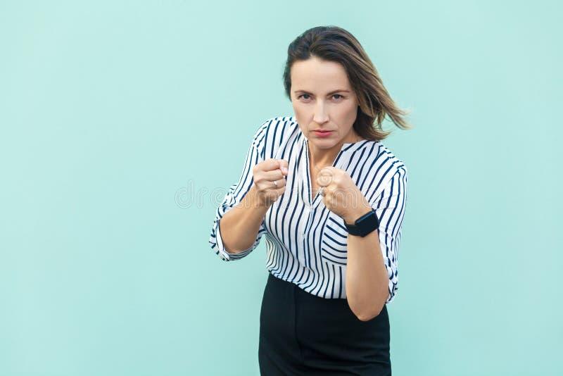 boxing bedrijfsvrouw, klaar voor strijd op lichtblauwe achtergrond royalty-vrije stock fotografie