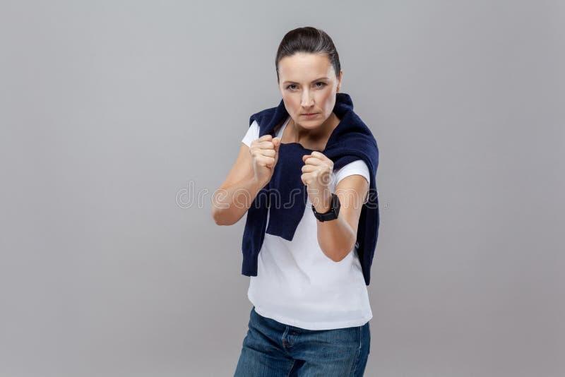 boxing Mulher adulta na roupa ocasional com calças de ganga e sweate fotografia de stock