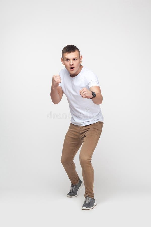boxing O homem louro novo, apronta-se para lutar imagens de stock royalty free