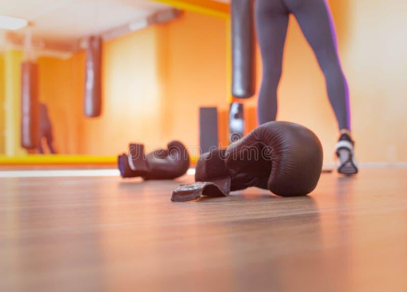 Boxninghandskar för kampsporter är i idrottshallen i cirkeln, kopieringsutrymme som stansar arkivbilder