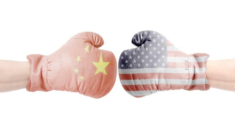 Boxninghandskar med den USA och Kina flaggan USA vs det Kina begreppet royaltyfria bilder