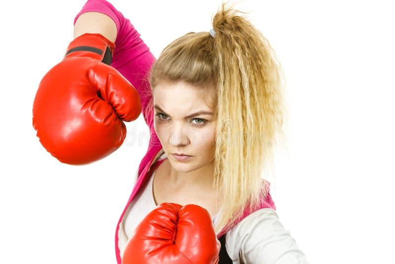 boxninghandskar som ser den allvarliga slitage kvinnan arkivfoton