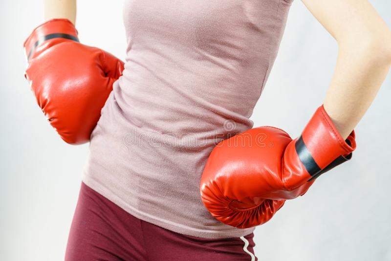 boxninghandskar som ser den allvarliga slitage kvinnan fotografering för bildbyråer