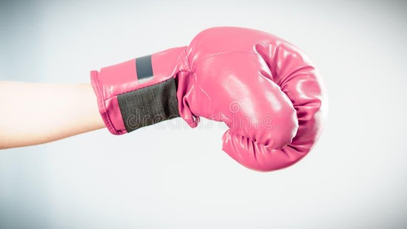 boxninghandskar som ser den allvarliga slitage kvinnan arkivbild
